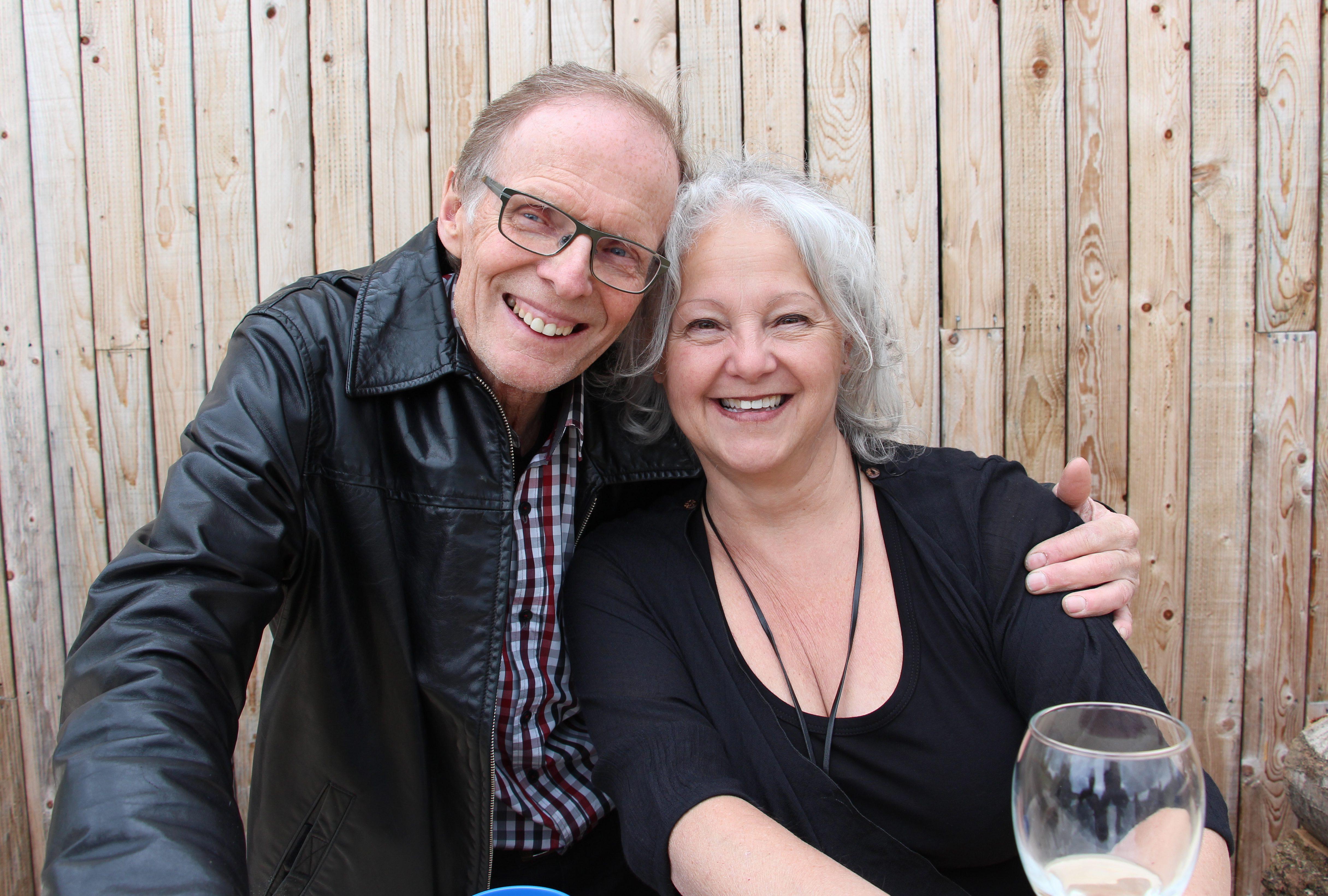 Nos hôtes, Pierre-Maurice Gagnon et Lyne Tremblay, derrière le bar de bois