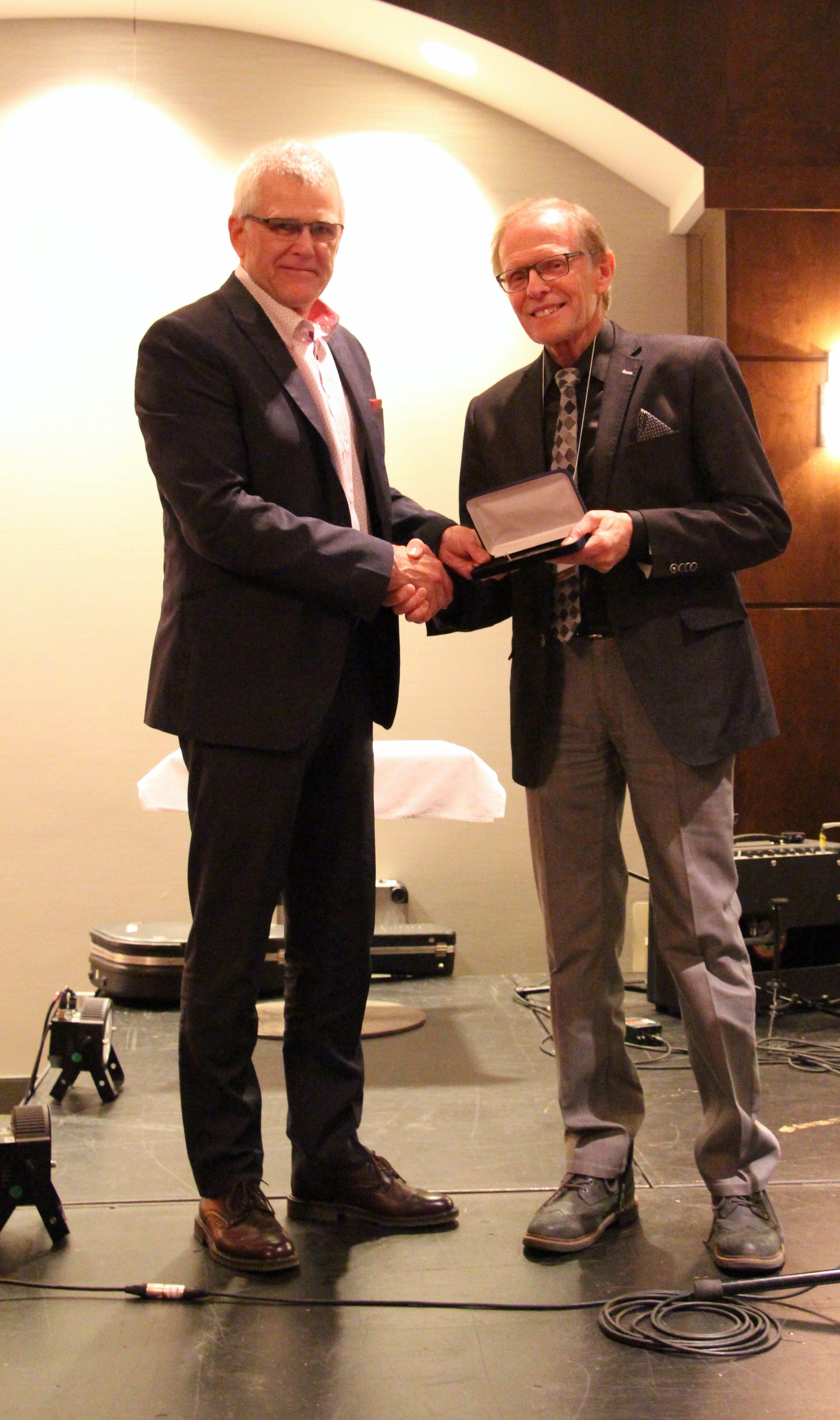 Georges Fortier reçoit le prix Henri-Paul-Gagnon