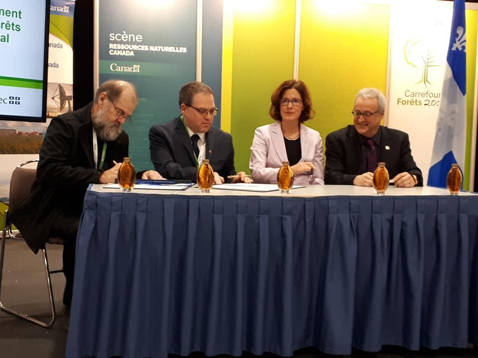 André Roy, Sylvain Bricaux, Sophie D'amours et Pierre Dufour : Signature de l'entente pour la création d'une chaire de leadership en enseignement en gestion durable des forêts privées.